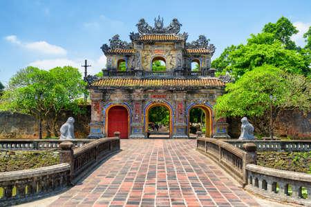 Vista panorámica de la puerta oriental (puerta de Hien Nhon) a la ciudadela con la ciudad imperial en un día soleado de verano en Hue, Vietnam. La colorida puerta es una atracción turística popular de Hue. Foto de archivo