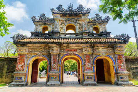 De Oostpoort (Hien Nhon-poort) naar de Citadel met de keizerlijke stad in Hue, Vietnam. De kleurrijke poort is een populaire toeristische attractie van Hue.