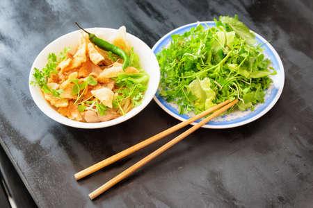 Bol de Cao Lau dans le café de la rue à Hoi An (Hoian), province de Quang Nam du centre du Vietnam. Cao Lau est un plat vietnamien régional à base de nouilles, de porc et de légumes verts locaux. Cao Lau se trouve uniquement à Hoi An