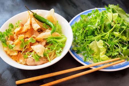 Cao Lau dans le café de la rue de Hoi An (Hoian) à la province de Quang Nam au centre du Vietnam. Cao Lau est un plat vietnamien régional à base de nouilles, de porc et de légumes verts locaux. Cao Lau se trouve uniquement à Hoi An.