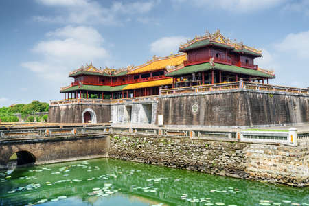 Maravillosa vista de la Puerta Meridiana y un foso que rodea la Ciudad Imperial con la Ciudad Prohibida Púrpura dentro de la Ciudadela en Hue, Vietnam. Hue es un destino turístico popular de Asia. Editorial