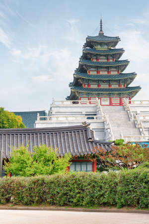 Beautiful tower of the National Folk Museum of Korea on blue sky background in Seoul. Wonderful building of traditional Korean architecture. Seoul is a popular tourist destination of Asia. Imagens - 119171897