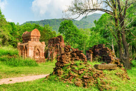 Amazing view of ruins of My Son Sanctuary among green woods in Da Nang (Danang), Vietnam. My Son is a complex of partially ruined ancient Hindu temples constructed by the kings of Champa. 免版税图像