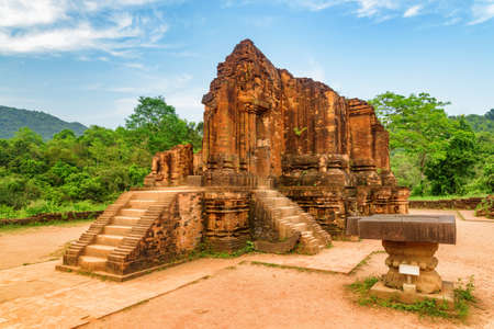 Scenic view of stone yoni (pindika) and red brick temple of My Son Sanctuary in Da Nang, Vietnam. My Son is a complex of partially ruined ancient Hindu temples constructed by the kings of Champa. 免版税图像