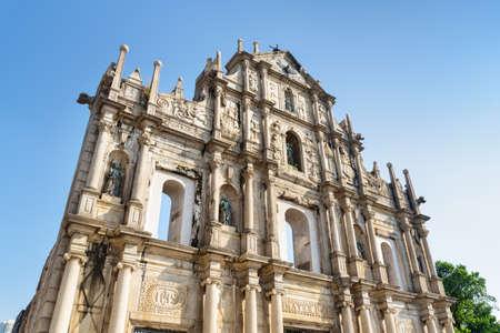 Macao - 18 de octubre de 2017: Impresionante vista de las ruinas de St. Paul's. Fachada antigua impresionante de la iglesia. Macao es un destino turístico popular de Asia y el mercado de casinos líder en el mundo. Foto de archivo