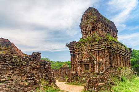 Amazing view of red brick temples of My Son Sanctuary in Da Nang (Danang), Vietnam. My Son is a complex of partially ruined ancient Hindu temples constructed by the kings of Champa. Foto de archivo