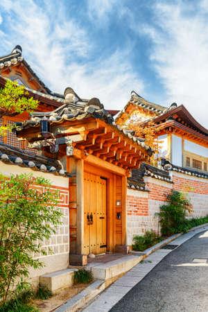 Scenic traditional Korean houses of Bukchon Hanok Village in Seoul, South Korea. Beautiful cityscape on sunny day. Seoul is a popular tourist destination of Asia. Zdjęcie Seryjne