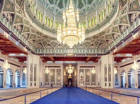 Muscat, Oman - 17 October, 2018: Wonderful view of the main prayer hall at the Sultan Qaboos Grand Mosque. Beautiful interior of the Muslim place. Amazing Islamic architecture and decoration. Zdjęcie Seryjne - 125865853