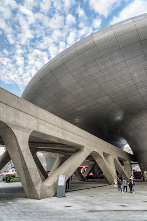 Seoul, South Korea - October 15, 2017: Bottom view of the Dongdaemun Design Plaza. Building designed by Zaha Hadid. The DDP is an urban landmark of Seoul and popular tourist destination of Asia. Zdjęcie Seryjne - 125865863