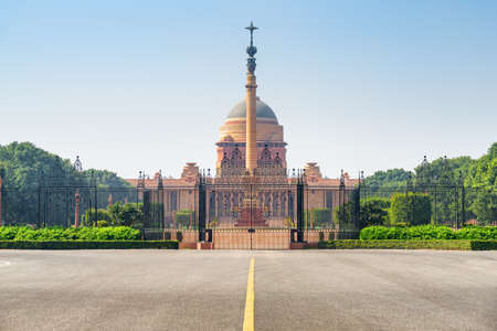 Amazing view of the main gate of Rashtrapati Bhavan and Jaipur Column in the courtyard of Presidential Residence in New Delhi, India. The official home of the President of India on blue sky background Zdjęcie Seryjne - 125865872