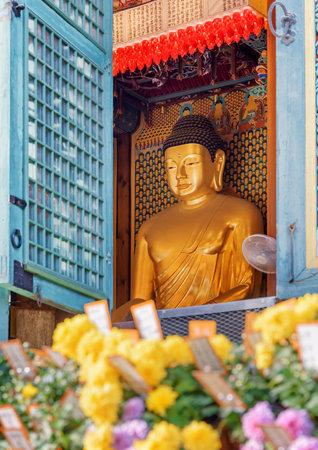 Seoul, South Korea - October 15, 2017: Scenic view of Buddha statue through window of Jogyesa Temple. Jogyesa Temple is a symbol of Korean Buddhism. Zdjęcie Seryjne - 125865887