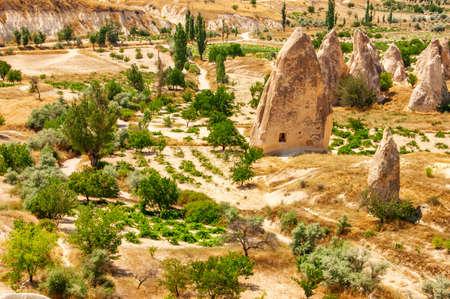 Schöne Landschaft des Nationalparks Göreme in Kappadokien, Türkei. Fantastischer Blick auf das malerische Tal und die Fairy Chimney Felsformationen. Kappadokien ist ein beliebtes Touristenziel der Türkei.