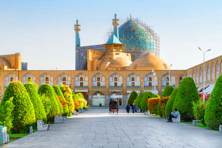 Awesome view of the Shah Mosque (Imam Mosque) from Naqsh-e Jahan Square in Isfahan, Iran. The Muslim place is a popular tourist attraction of the Middle East. Amazing Persian Islamic architecture. Zdjęcie Seryjne
