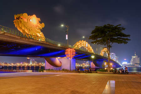 Da Nang (Danang), Vietnam - April 14, 2018: Scenic night view of the Dragon Bridge (Cau Rong) over the Han River at downtown. The Dragon Bridge is a popular tourist attraction of Asia. Publikacyjne