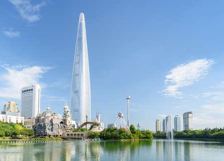 Bellissimo skyline di Seul. Splendida vista del centro di Seoul, Corea del Sud. Incredibile paesaggio urbano soleggiato estivo. Torre moderna sul fondo del cielo blu. Seoul è una popolare destinazione turistica dell'Asia. Archivio Fotografico