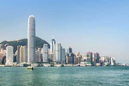 香港海岛地平线惊人的看法在晴天。维多利亚港和市中心的摩天大楼可从九龙一边看到。风景城市景观。香港是亚洲受欢迎的旅游目的地。