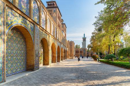Teheran, Iran - 19. Oktober 2018: Herrlicher Blick auf den Innenhof und den Garten des Golestan-Palastes. Bunte Mosaikwanddekoration. Schönes traditionelles persisches Äußeres.