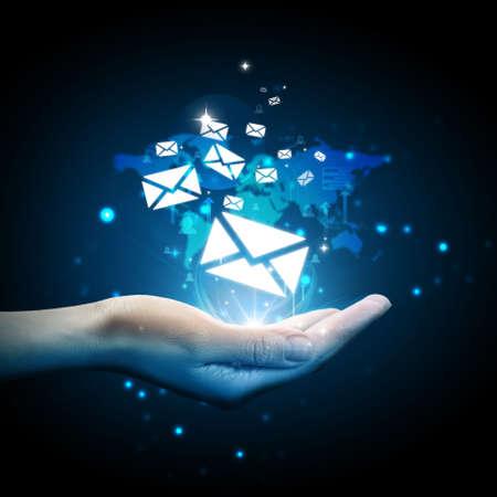 correo electronico: Email icono en la mano