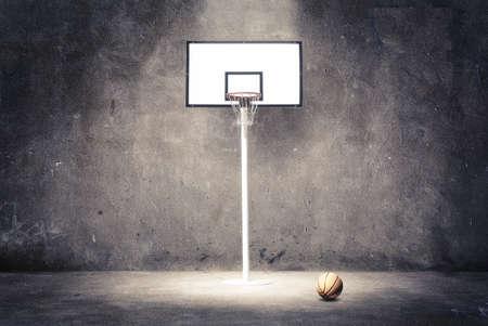 バスケット ボールのフープ、ボールと織り目加工の壁に。 写真素材