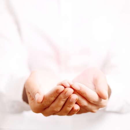 Femme mains comme si vous teniez quelque chose. Banque d'images - 34672770