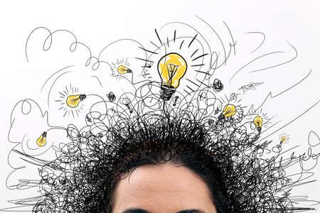 idée: Penser personnes avec des signes d'interrogation et ampoule idée lumière au-dessus