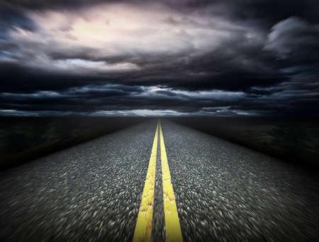 Die Art und Weise und dunkle Wolken Standard-Bild - 37691205