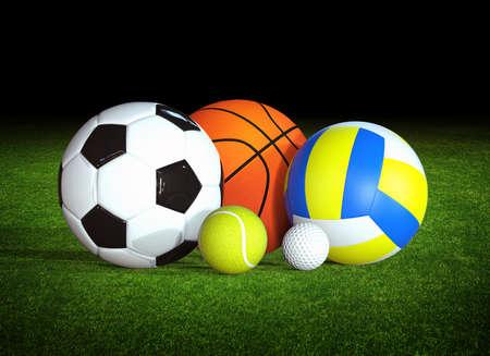 balones deportivos: bolas de deportes en la hierba Foto de archivo