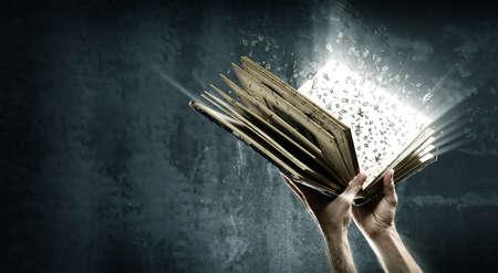 Eröffnet magische Buch mit magischen Lichter Standard-Bild - 54405583