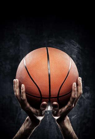 pelota: Foto del jugador de baloncesto con la bola Foto de archivo