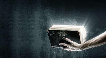 Eröffnet magische Buch mit magischen Lichter Standard-Bild - 54429188