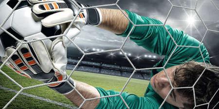 arquero: El portero coge el balón en el estadio