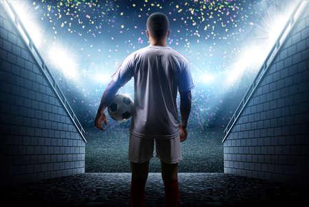 jugador de fútbol con la bola en el estadio