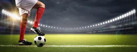 Jugador de fútbol en el estadio, el estadio de fútbol imaginario está modelado y renderizado. Foto de archivo