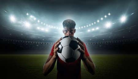 Jugador de fútbol con luces del estadio.