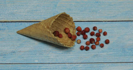 Berry season. Berry ice cream. Berries of strawberry in a waffle on a blue wooden background Banque d'images - 124741821