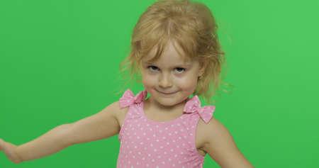 Bella ragazza in costume da bagno rosa. Ritratto da vicino. Simpatico bambino biondo, 3-4 anni. Concetto di vacanza estiva. Schermo verde. Chiave cromatica