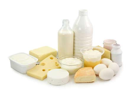 lacteos: Productos l�cteos y huevos aislados sobre fondo blanco