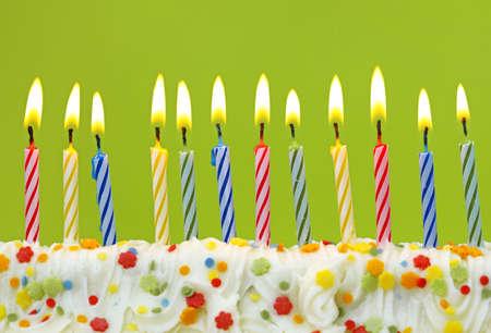 geburtstagskerzen:  Bunte Geburtstagskerzen auf gr�nen Hintergrund
