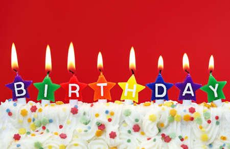 geburtstagskerzen:  Bunte Geburtstagskerzen auf rotem Hintergrund