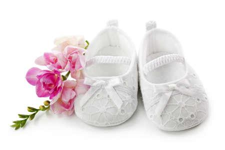 baptism: Zapatos de ni�a beb� con flores rosas aisladas sobre fondo blanco