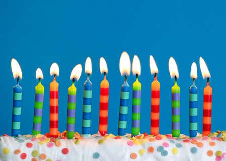 velas de cumpleaños: Velas en su cumpleaños sobre fondo azul