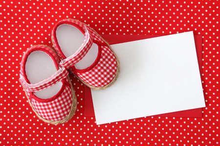 nacimiento: Zapatos de beb� y nota en blanco sobre fondo manchado Foto de archivo