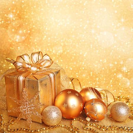 christmas lights: Scatola regalo di Natale con le palle di Natale