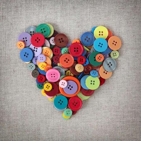 saint valentin coeur: C?ur de boutons color�s sur limogeage Banque d'images