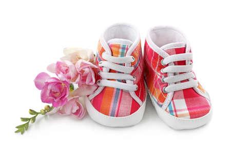 babyvoetjes: Roze baby meisje schoenen geà ¯ soleerd op witte achtergrond Stockfoto