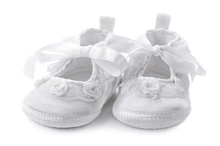 bautismo: Zapatos de niña bebé aisladas sobre fondo blanco Foto de archivo