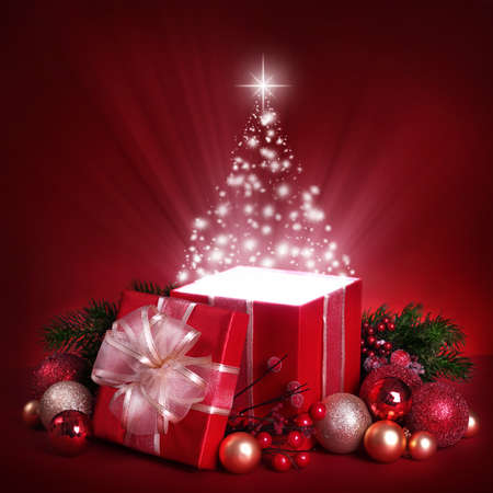 cajas navide�as: Caja abierta regalo m�gico sobre fondo rojo