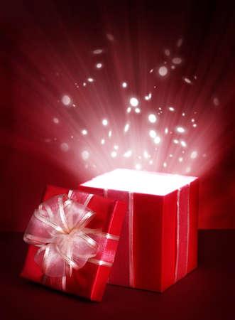 caja navidad: Cuadro Abrir regalo m�gico sobre fondo rojo