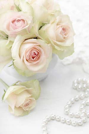 perle rose: Les roses blanches dans un vase sur fond blanc Banque d'images
