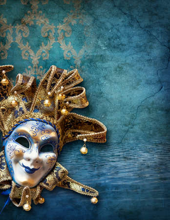 antifaz carnaval: Resumen de fondo azul con m�scara veneciana Foto de archivo